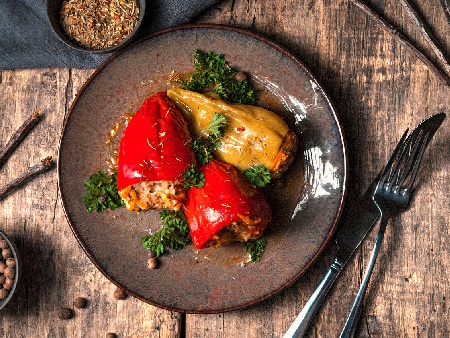 Печени пълнени чушки със сирене и домати - снимка на рецептата